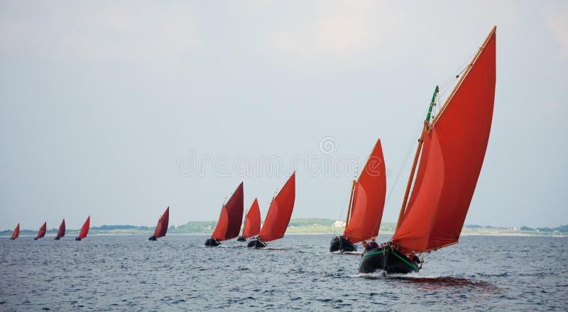 Traditionele houten boot met gelezen zeil royalty-vrije stock foto