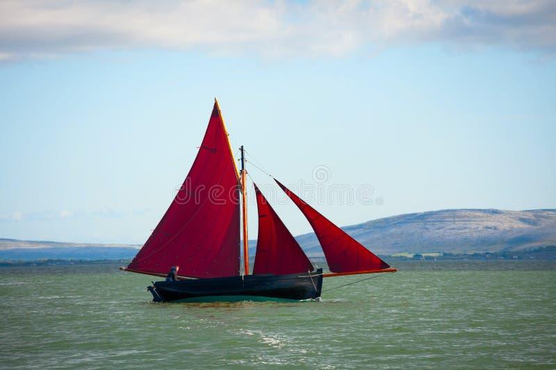 Traditionele houten boot met rood zeil royalty-vrije stock foto's