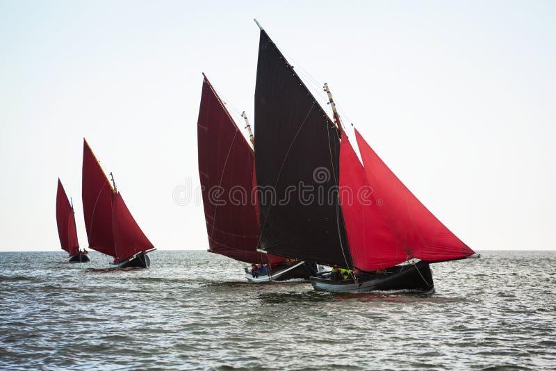 Traditionele houten boten met gelezen zeil stock fotografie