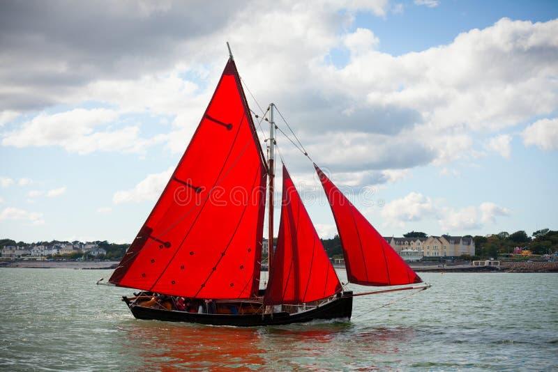 Traditionele houten boten met rood zeil royalty-vrije stock afbeeldingen