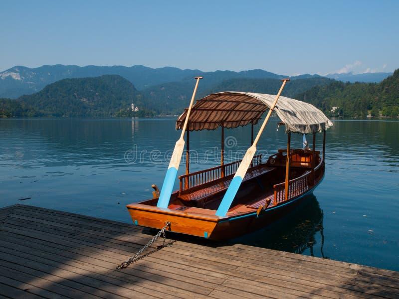 Traditionele houten boten op Afgetapt meer stock foto