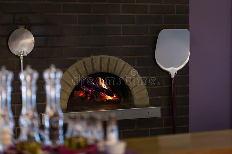 Traditionele houten brandende pizzaoven stock foto