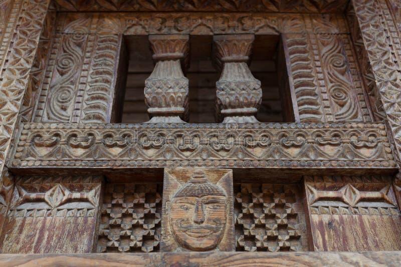 Traditionele houten gravure op de Hindoese tempel in Vashisht-dorp in Kullu-vallei, Himachal Pradesh, India royalty-vrije stock foto
