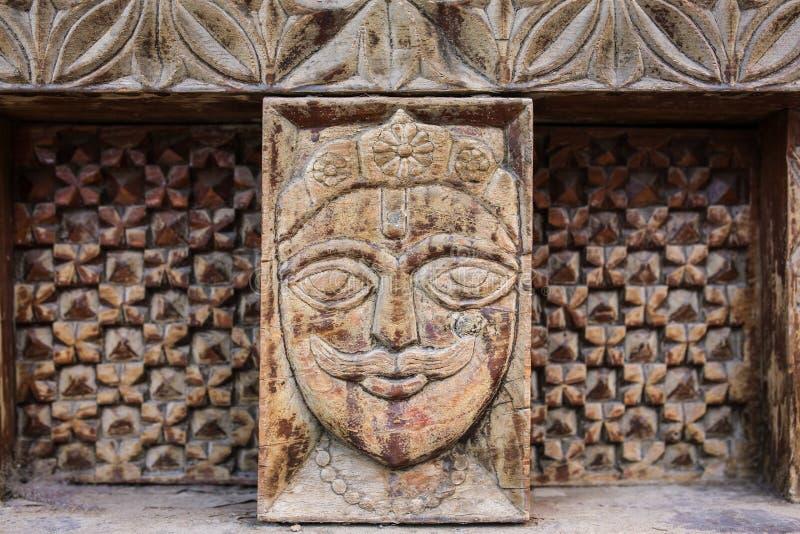 Traditionele houten gravure op de Hindoese tempel in Vashisht-dorp in Kullu-vallei, Himachal Pradesh, India stock foto