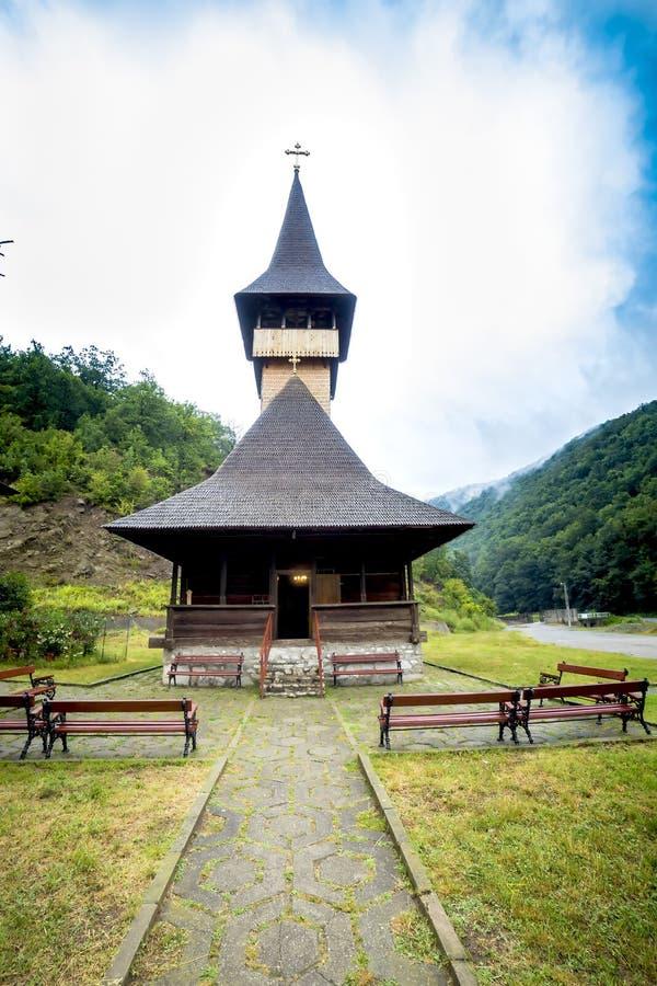 Traditionele houten kerk in de bergen tegen een bewolkte hemel royalty-vrije stock foto's