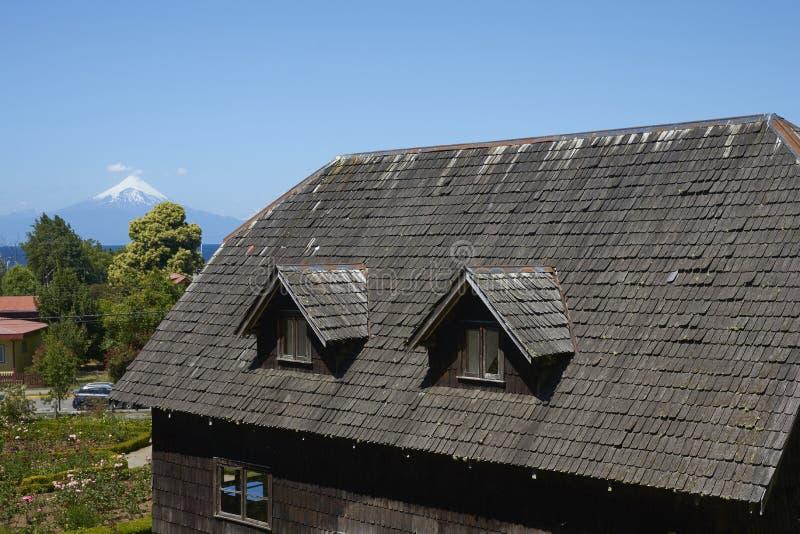 Traditionele houten landbouwbedrijfgebouwen in Zuidelijk Chili stock afbeeldingen
