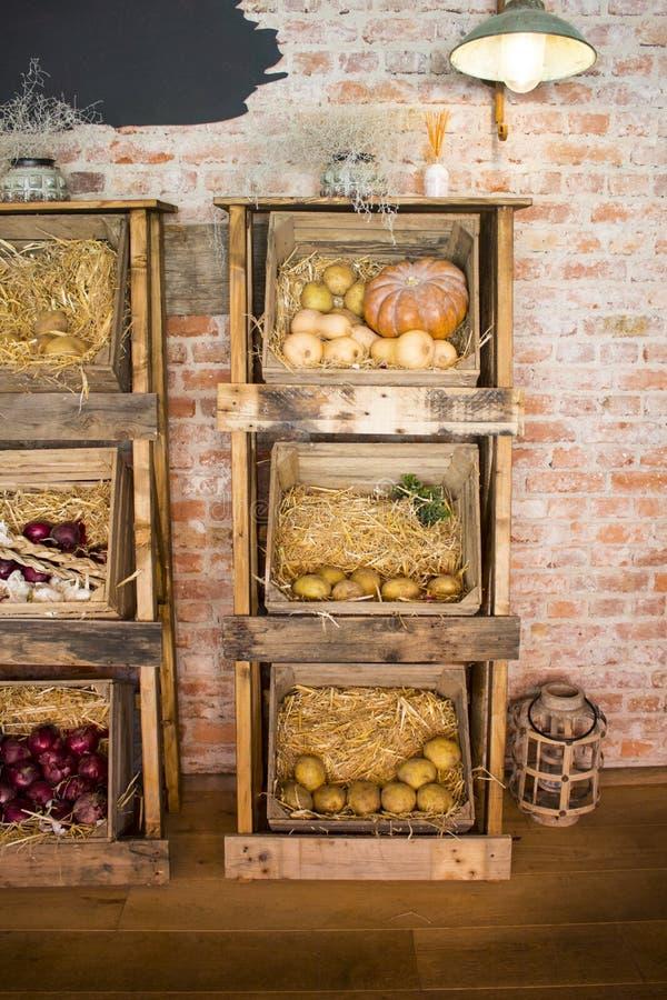 Traditionele houten landbouwersdozen met friuts en groenten royalty-vrije stock afbeelding