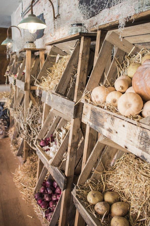 Traditionele houten landbouwersdozen met friuts en groenten royalty-vrije stock foto's