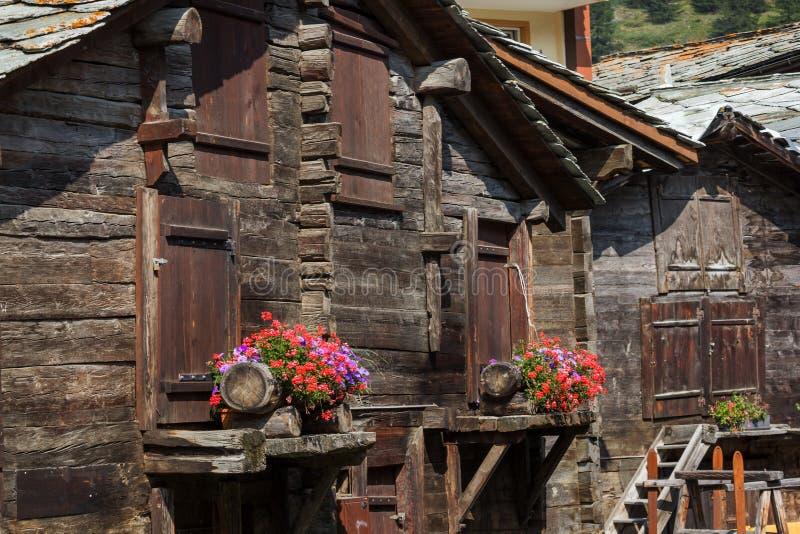 Traditionele houten schuren en loodsen, Zermatt, Zwitserland stock afbeelding