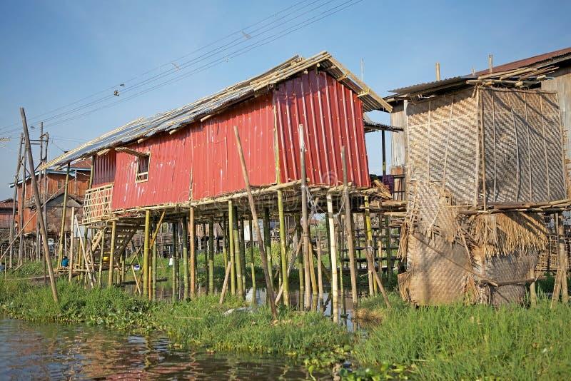 Traditionele houten stelthuizen op het Meer Inle Myanmar royalty-vrije stock afbeelding