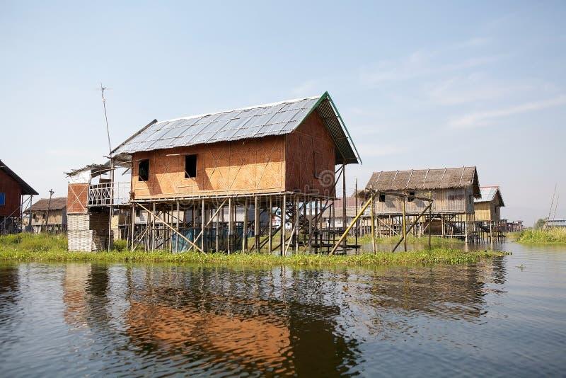 Traditionele houten stelthuizen op het Meer Inle Myanmar stock afbeeldingen