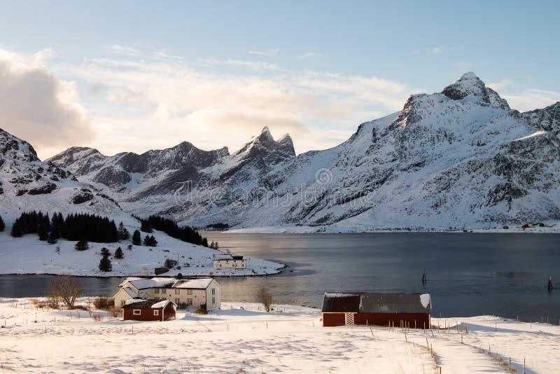 Traditionele huizen door de oceaan in Lofoten-Eilanden, Noorwegen royalty-vrije stock foto
