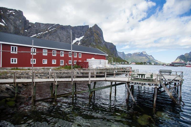 Traditionele huizen in Lofoten, Noorwegen stock foto's