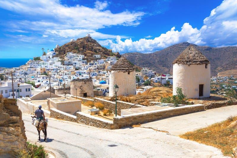 Traditionele huizen, windmolens en kerken in Ios eiland, Cycladen stock afbeelding