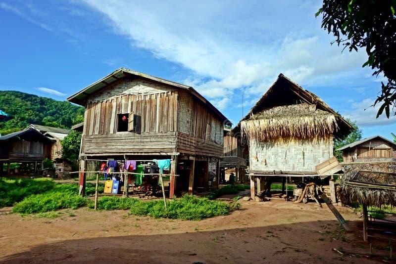 Traditionele hut in Khmu-dorp Nalan Neua, de provincie van Luang Namtha, Laos stock foto's