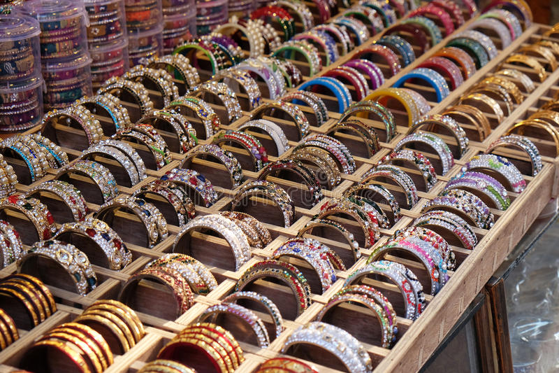 Traditionele Indische armbanden met verschillende kleuren en patronen, Pushkar, India stock afbeeldingen