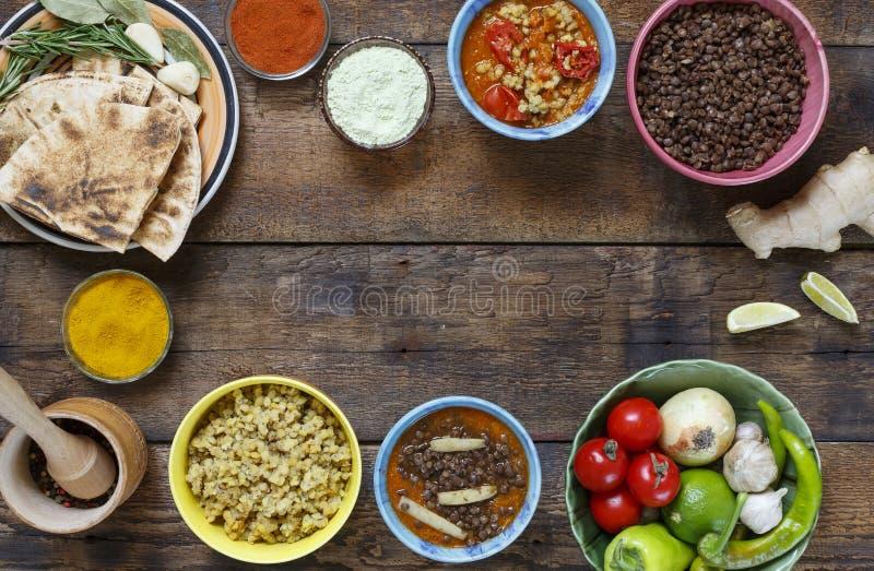 Traditionele Indische eettafel Het Indische Koken Diverse vegetarische die schotels van linzen en lokale snacks in multi-colored  royalty-vrije stock foto's