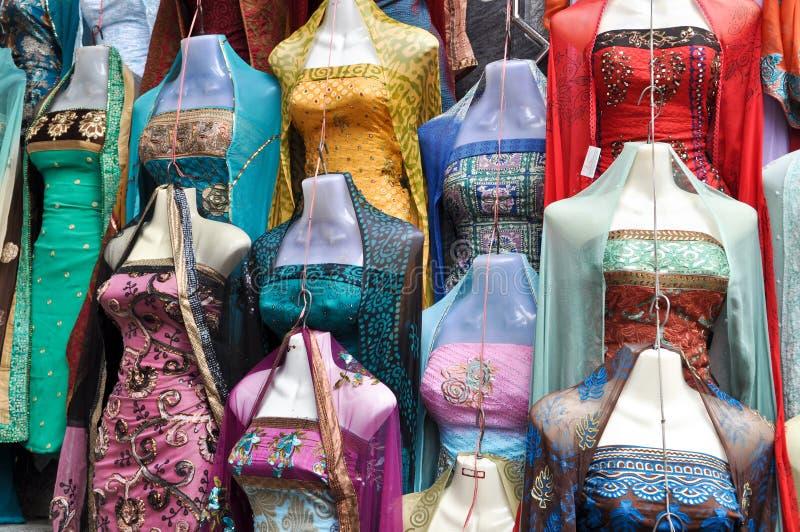 Traditionele Indische Kleding voor Verkoop bij Markt royalty-vrije stock foto