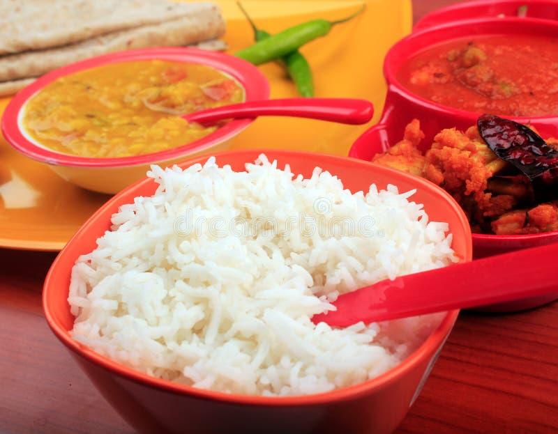 Traditionele Indische rijst, chapati & dal kerrie royalty-vrije stock foto