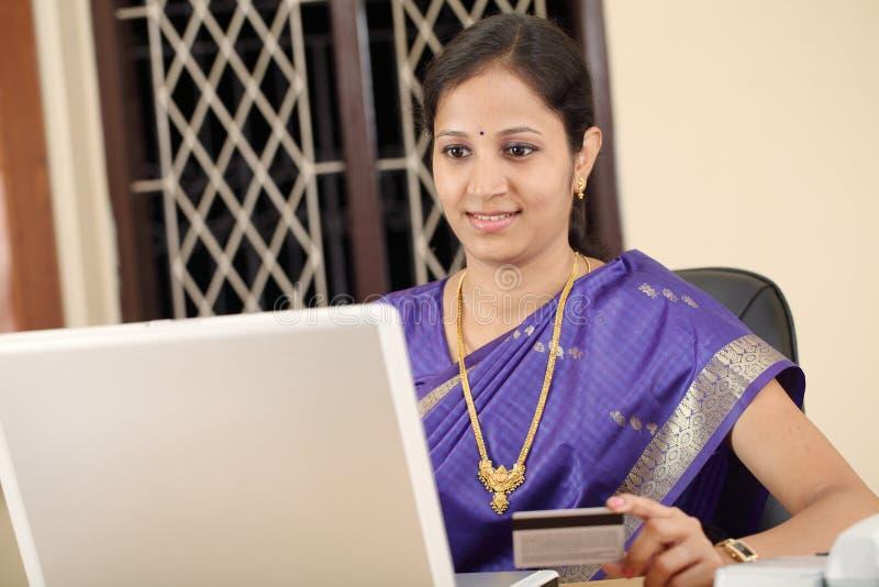 Traditionele Indische vrouw met creditcard royalty-vrije stock afbeelding