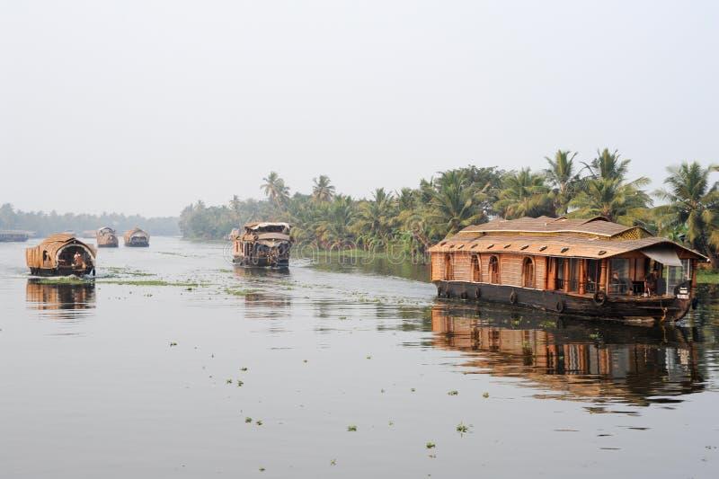 Traditionele Indische woonboot die dichtbij Alleppey op de bedelaars van Kerala kruisen royalty-vrije stock fotografie