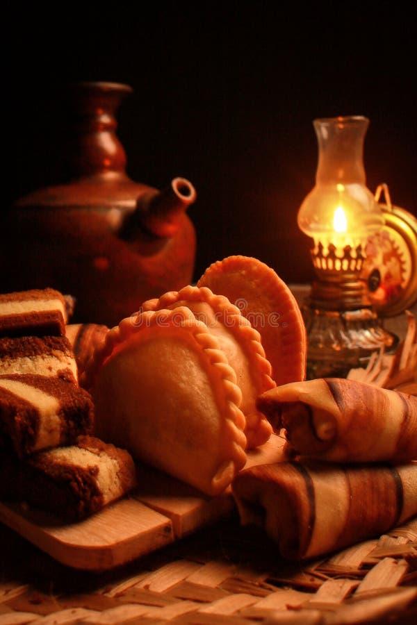 Traditionele Indonesische snack met antieke lamp stock fotografie