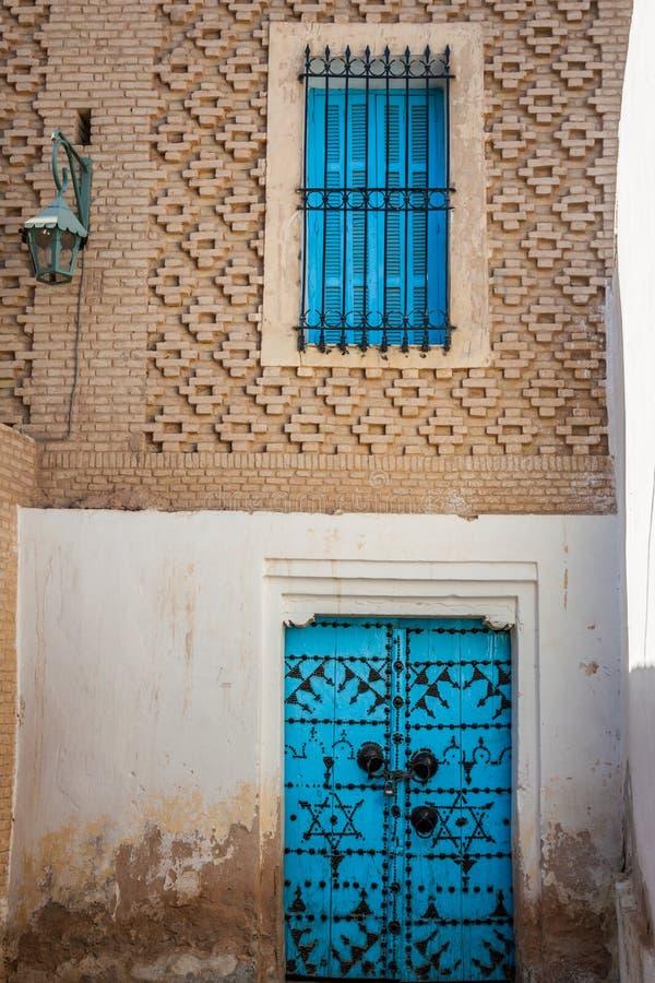 Traditionele ingangsdeur van een huis in Gafsa, Tunesië royalty-vrije stock afbeeldingen
