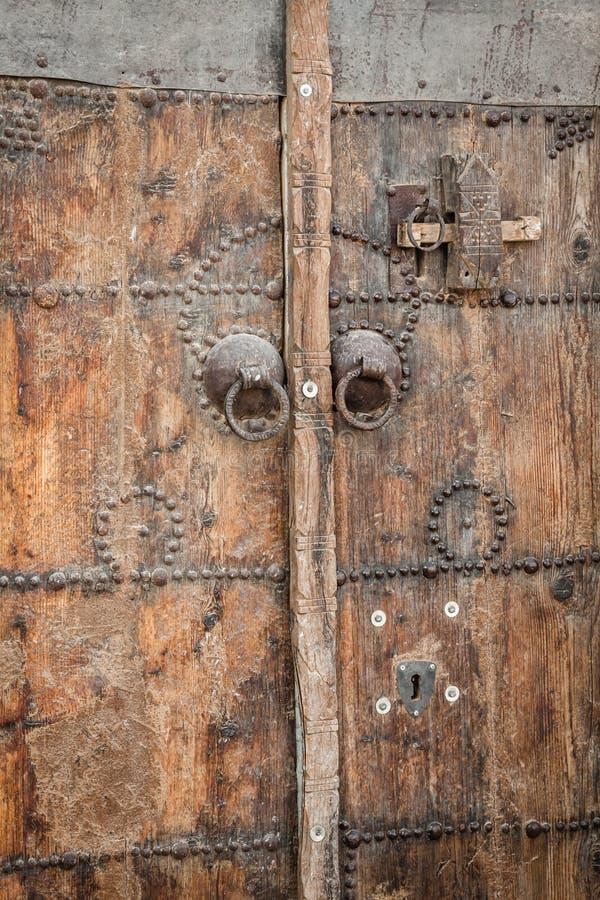 Traditionele ingangsdeur van een huis in Gafsa, Tunesië royalty-vrije stock fotografie