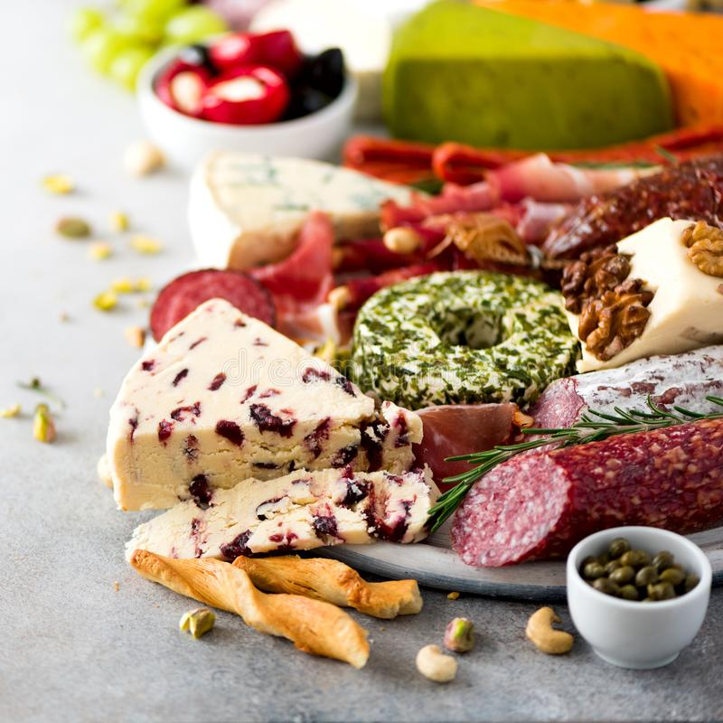 Traditionele Italiaanse antipasto, scherpe raad met salami, koude rookte vlees, prosciutto, ham, kazen, olijven, kappertjes royalty-vrije stock foto's