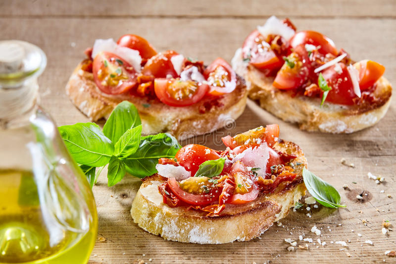 Traditionele Italiaanse bruschetta met tomaat stock fotografie