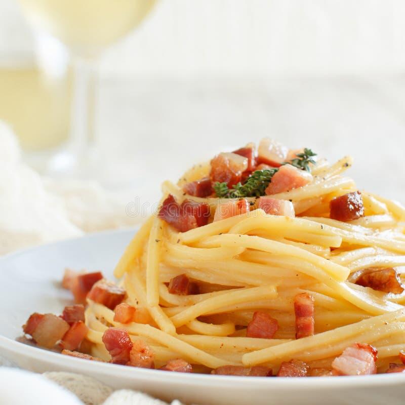Traditionele Italiaanse carbonara van de schotelspaghetti royalty-vrije stock foto