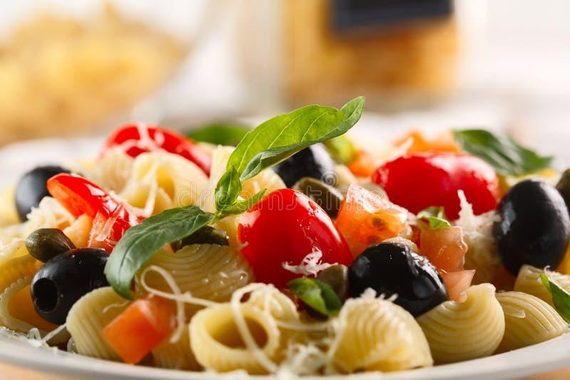 Traditionele Italiaanse deegwarenpijp Rigate met tomaten, olijven royalty-vrije stock foto