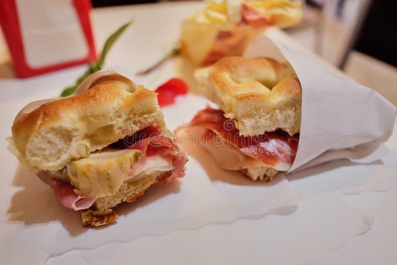 Traditionele Italiaanse focaccia licht Italiaans ontbijt in een koffie royalty-vrije stock afbeeldingen