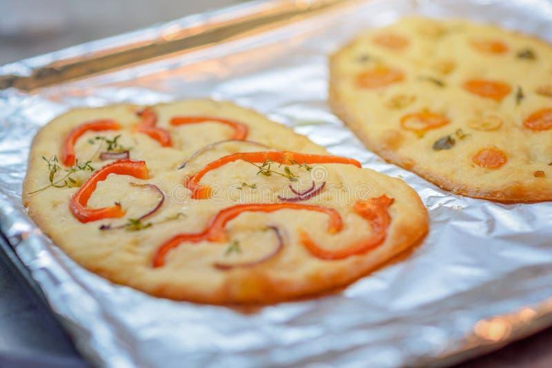 Traditionele Italiaanse Focaccia met tomaten, paprika en rozemarijn - eigengemaakte vlakke broodfocaccia royalty-vrije stock afbeeldingen