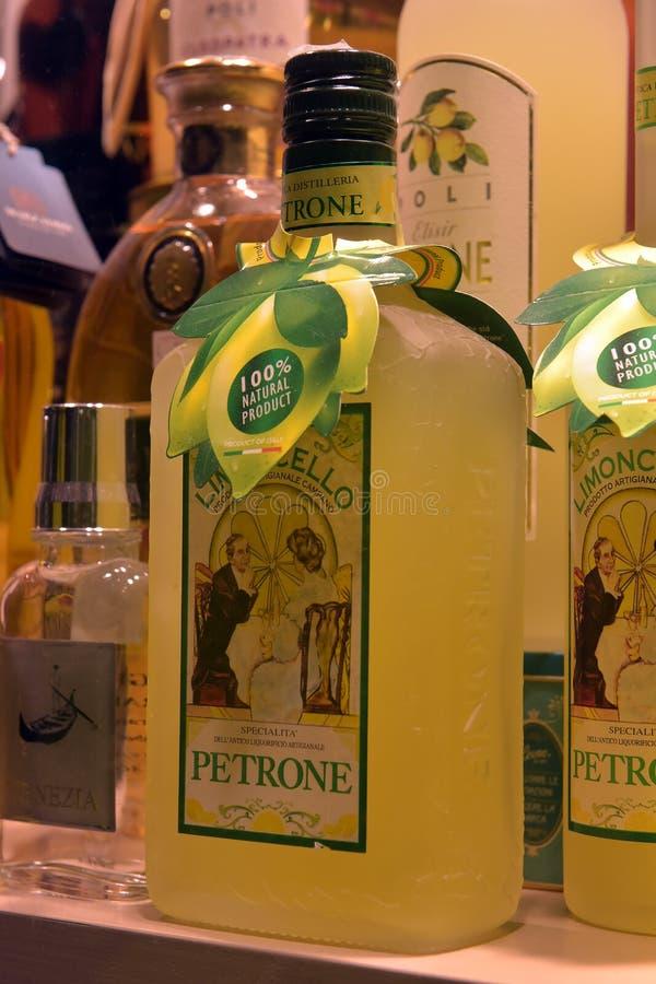 Traditionele Italiaanse likeur Limoncello van verschillende manufactur royalty-vrije stock fotografie
