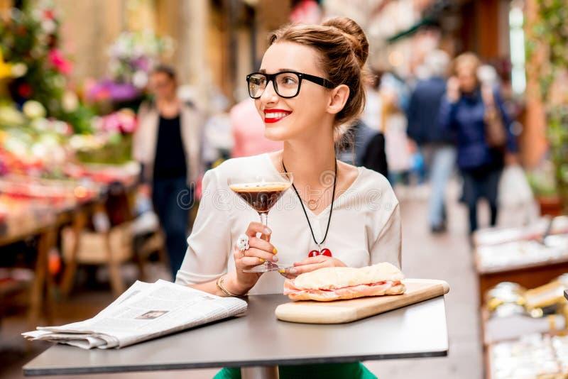 Traditionele Italiaanse lunch met shakeratodrank en panini stock foto's