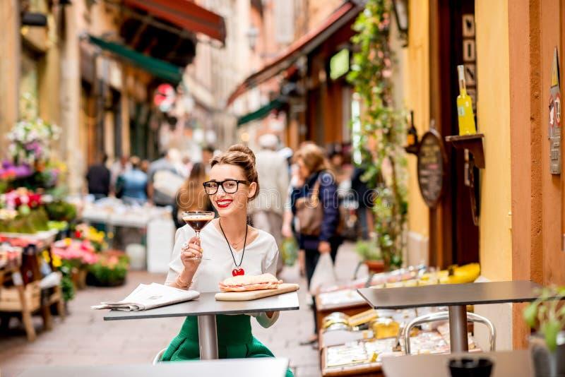 Traditionele Italiaanse lunch met shakeratodrank en panini royalty-vrije stock afbeeldingen