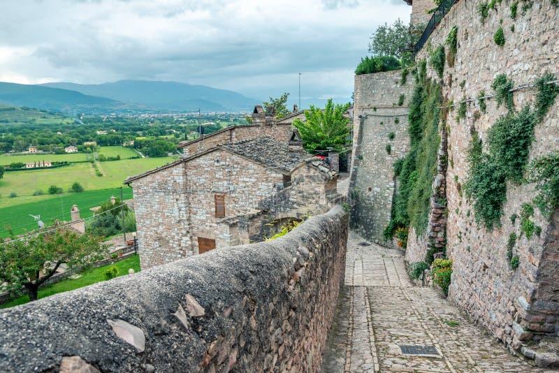 Traditionele Italiaanse middeleeuwse steeg en gebouwen in het historische centrum van mooie stad van Spello, in Umbria Region, It stock fotografie