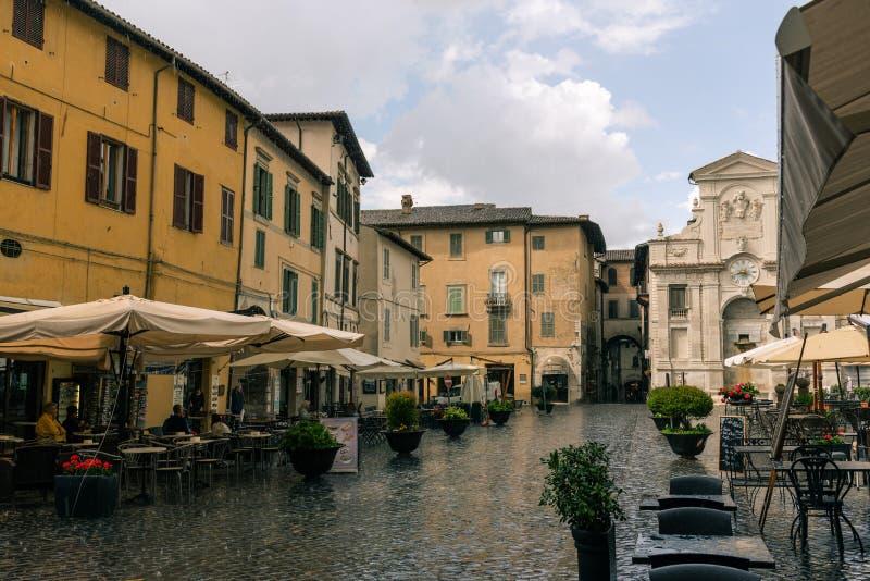 Traditionele Italiaanse middeleeuwse vierkant en gebouwen in het historische centrum van mooie stad van Spoleto, in Umbria Region stock foto's