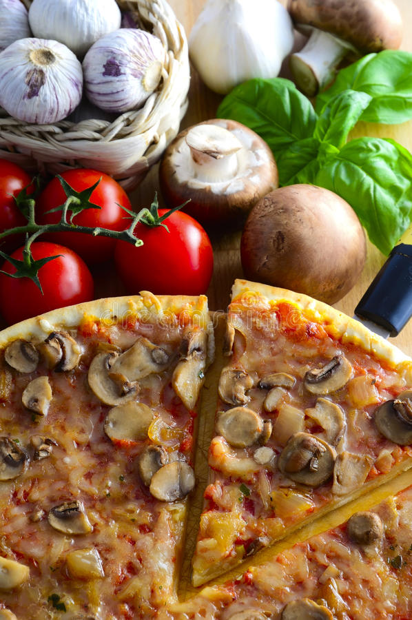Traditionele Italiaanse pizza stock afbeelding