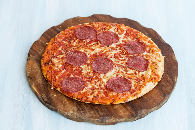 Download Traditionele Italiaanse Pizza Stock Afbeelding - Afbeelding bestaande uit kaas, vlees: 39111791