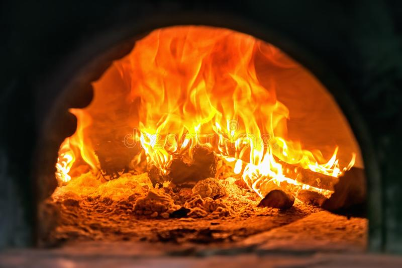 Traditionele Italiaanse pizza houten oven, branddetail stock afbeelding