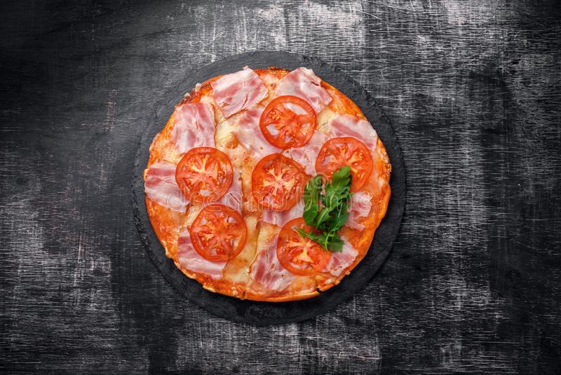 Traditionele Italiaanse pizza met mozarellakaas, ham, tomaten stock afbeeldingen