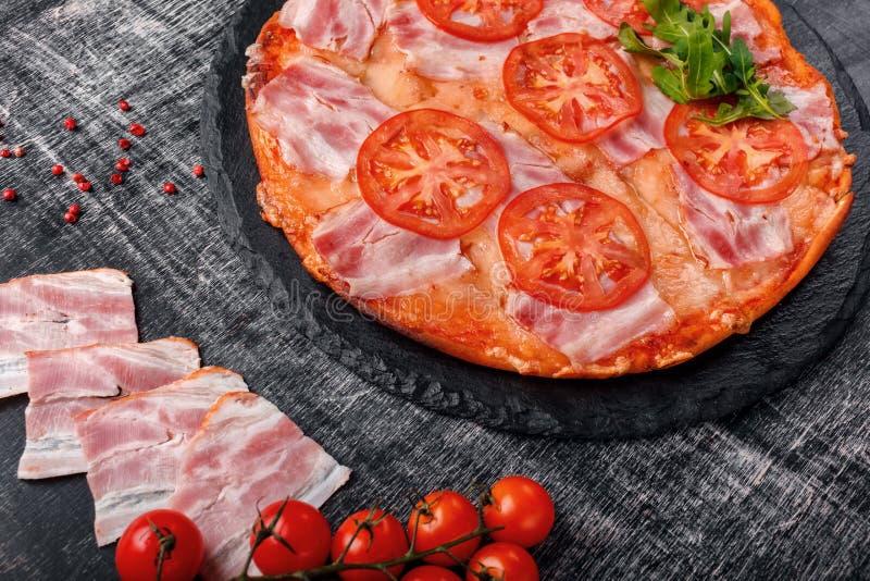 Traditionele Italiaanse pizza met mozarellakaas, ham, tomaten stock foto