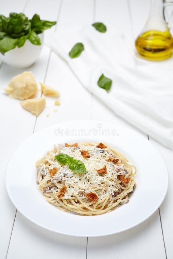 Traditionele Italiaanse spaghettideegwaren met paddestoelen en parmezaanse kaaskaas royalty-vrije stock foto
