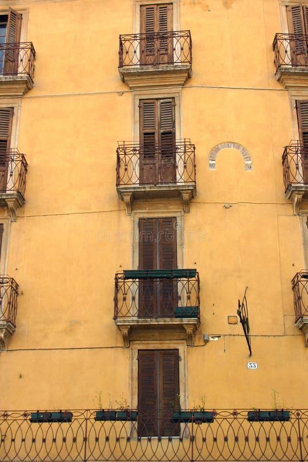Traditionele Italiaanse voorgevel in Verona stock afbeeldingen