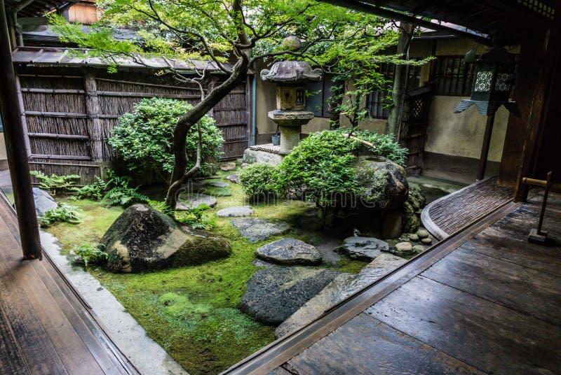 Traditionele Japanse binnenplaatstuin royalty-vrije stock fotografie