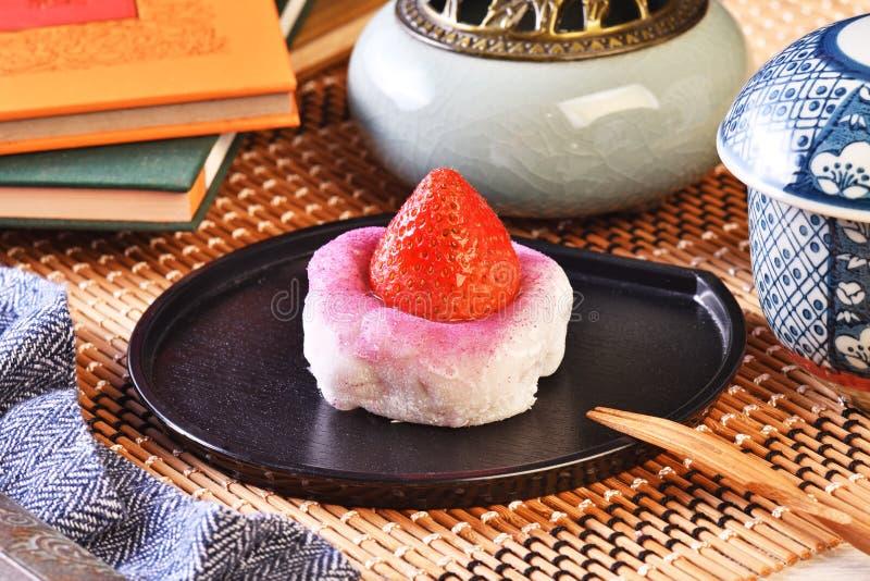 Traditionele Japanse snoepjes, aardbei Daifuku stock foto's