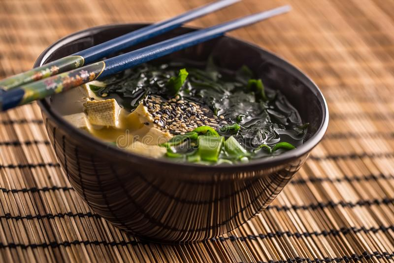 Traditionele Japanse soepmiso met tofu zeewiereetstokjes en stock foto