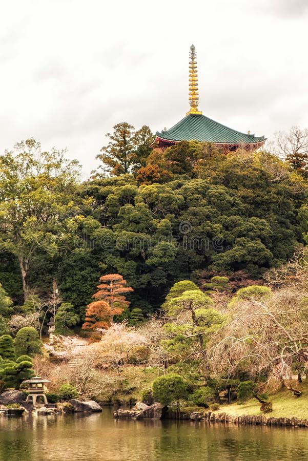 Traditionele Japanse stijl van tempel in de tuin stock fotografie
